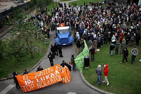 Mielenosoittajat vaativat Stop töhryille -projektin ja graffiteja koskevan nollatoleranssin lopettamista Helsingissä vuonna 2008. Samana vuonna hanke myös päättyi.
