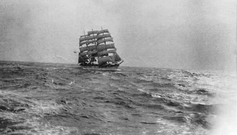 Harvinainen kuva Herzogin Ceciliestä Kap Hornin edustalla 1930-luvun alussa. Suomen lipun alla purjehtinut nelimastoparkki oli aikoinaan maailman kuuluisin purjelaiva.