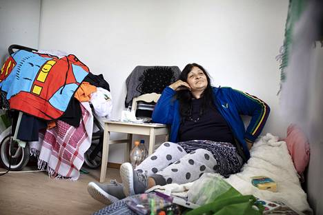 Elena Dima huoneessaan hätämajoituksessa.