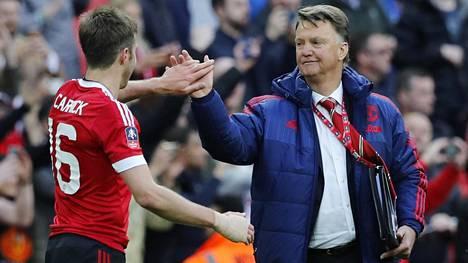 Louis van Gaal juhli Michael Carrickin kanssa Englannin cupin välieräottelussa.