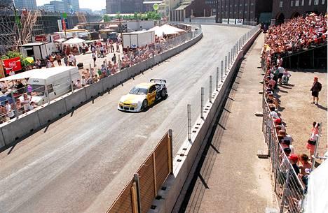 DTM-sarjan kilpailu houkutteli yleisöä Sörnäisiin kesäkuussa 1995.
