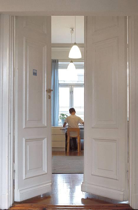Huoneisto on avara ja valoisa. 12-vuotias Lasse Keskinen on huoneessaan läksyjen kimpussa.