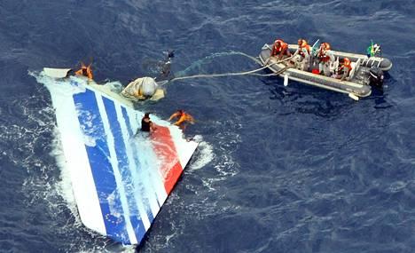 Brasilian laivasto poimi Air Francen koneen sirpaleen Atlantista kesäkuussa 2009. Koneen runko ja mustat laatikot löytyivät vasta keväällä 2011.