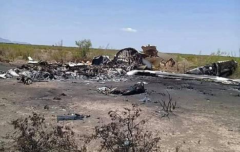 Meksikon viranomaisten välittämässä kuvassa näkyy Coahuilan osavaltion Ocampoon pudonneen koneen jäännökset.