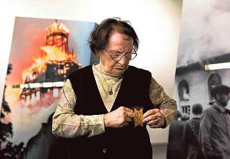 Nechama Drober näytti berliiniläismuseossa, mihin juutalaistähti piti kiinnittää. Natsit pakottivat tähden käyttöön vuodesta 1941 eteenpäin.