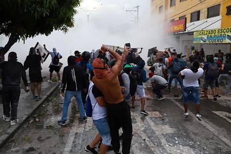 Mielenosoittajat ottivat maanantaina yhteen turvallisuusjoukkojen kanssa Calissa protestoidessaan verouudistusmielenosoituksissa tapahtunutta poliisiväkivaltaa vastaan.