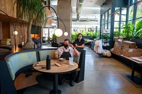 Ravintolat pysyvät kiinni Piilaaksossa. Ravintoloitsija Pim Techamuanvivitin (oik.) mielestä usein toteutettava koronavirustesti olisi ratkaisu ongelmaan. Sen avulla kokki Kris Hoang voisi olla töissä hyvin mielin.
