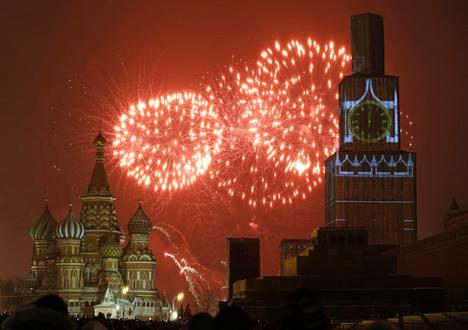 Ilotulitteet valaisivat taivaan Punaisen torin lähellä Moskovassa viime vuodenvaihteessa.