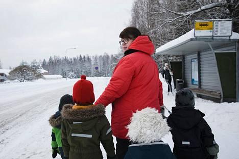 """Kalajärvellä asuva perhepäivähoitaja Seija Manninen ei jää kaipaamaan nykyistä linjaa 436, joka kulkee välillä Elielinaukio–Martinlaakso–Kalajärvi. """"Se on sellainen maisemabussi, joka kiertelee ja jolla matka kestää tosi kauan."""" Rinnekodista Helsinkiin ajava suora linja 345 pitäisi Mannisen mielestä säilyttää."""
