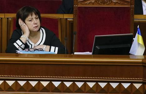 Ukrainan valtiovarainministeri Natalie Jaresko kuunteli väittelyä Ukrainan parlamentissa torstaina.