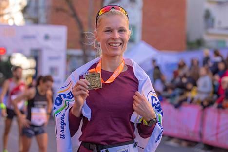 Noora Honkala juhli maalissa Italian ultrajuoksun voittoa.