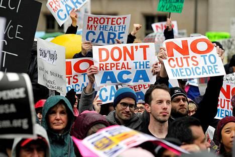 Mielenosoittajat protestoivat tammikuun lopussa terveydenhoitouudistuksesta Philadelphiassa.