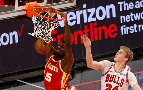 Atlanta Hawksin Clint Capela tekee korin ottelussa Chicago Bullsia vastaan 1.5.2021. Lauri Markkanen teki pelissä seitsemän pistettä.