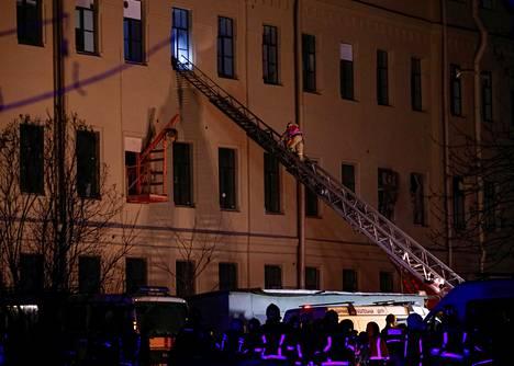 Pelastustyöntekijät työskentelivät osittain romahtaneessa rakennuksessa lauantaina.