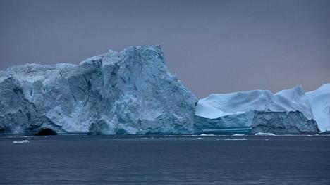Jäävuoria ajelehtimassa Ilulissatin jäävuonosta Grönlannissa elokuussa 2019.