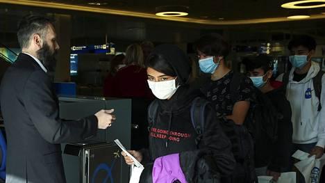 Alaikäisiä maskeja käyttäviä pakolaisia kuljetettiin huhtikuun 15. päivänä Ateenasta Luxemburgiin.