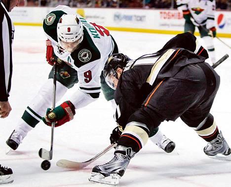 Valkoisessa paidassa pelaava Mikko Koivu ja Saku Koivu olivat samaan aikaan jäällä, kun Minnesota ja Anaheim pelasivat vastakkain toissa yönä Anaheimissa.