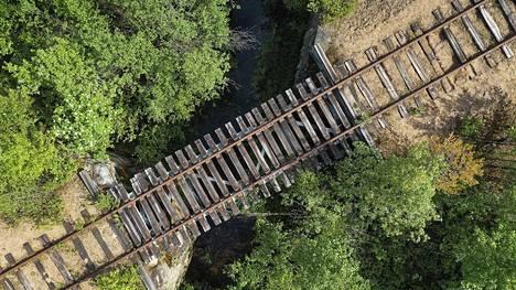 Seitenoikean metsäautotien vieressä Kemijärvellä Sallan radan raiteet ylittävät Mikonojan.