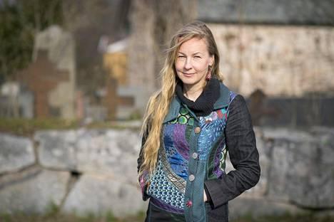 Kun Virpi Lummaa muutti maailmalta Turkuun, yksi syy paluuseen oli mummo. Kuvassa hän on Pyhän Katariinan kirkon hautausmaalla.