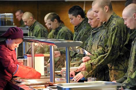Puolustusvoimien uudistus jyrää armeijan väkeä.
