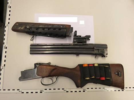 Etsinnöillä löytyi myös aseita ja niiden osia.