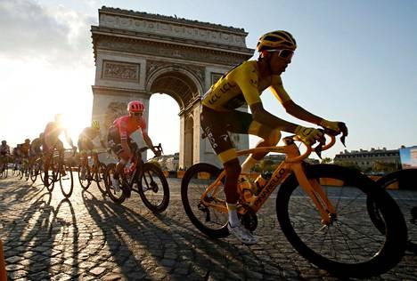 Egan Bernal ajoi Riemukaaren ohi viime heinäkuussa Ranskan ympäriajon johtajan keltainen paita päällään.