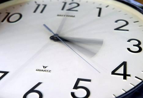 Kellon viisareita siirretään nyt tunnilla taaksepäin.