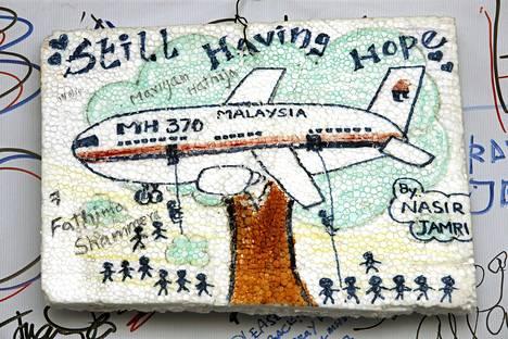 Kuala Lumpurin lentokenällä esillä oleva pirros, jossa mysteerikoneen toivotaan vielä löytyvän.