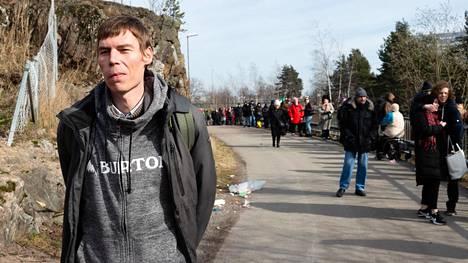 Ville Laitinen odotti ruokakassia Kontulan ostoskeskuksen ruoka-apupisteellä. Jono ylsi pitkälle ostoskeskuksen viereiselle jalkakäytävälle.