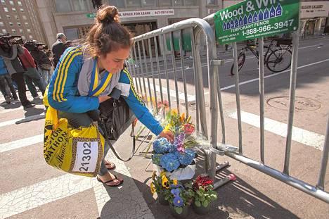 Bostonin maratonin juossut Marissa Irwin laski kukkia räjähdyspaikan lähelle tiistaina.