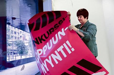 Henna Patteri poisti loppuunmyynti-julisteita Graniittitalon Anttilassa syyskuun lopussa.