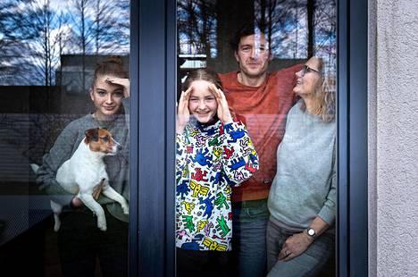 Koko perhe kotona. Mila Laub (vas.), Paula Laub, Gert Laub ja Pille Laub ovat vetäytyneet syrjään suojellakseen erityisesti perheen esikoista koronavirukselta. Kalle-koira on ihmeissään siitä, kun sillä on yhtäkkiä niin paljon seuraa.