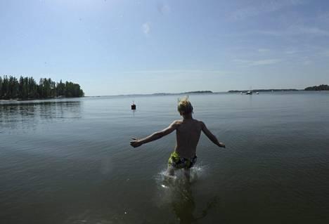 Helsinkiläispoika nautti hellepäivästä Lauttasaaren Ryssänkärjessä.