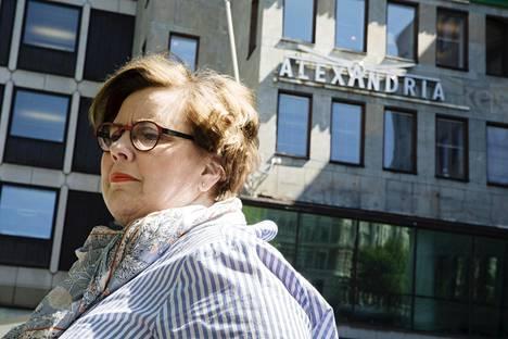 """Satu Kouvalainen Alexandrian pääkonttorin edustalla Etelä-Esplanadilla Helsingissä. """"Pankkiiriliikkeelle on tärkeää olla arvokkaalla paikalla, vaikka kaikista muista kuluista säästetään."""""""