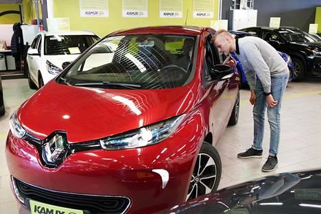 Konalan Kamuxin myymäläpäällikkö Hannes Vuorma esitteli käytettyä sähköautoa keväällä 2019.