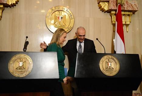 Egyptin ulkoministeri Mohammed Kamel Amr ja Yhdysvaltain ulkoministeri Hillary Clinton poistuivat keskiviikkoiltana Kairossa tiedotustilaisuudesta, jossa he ilmoittivat tulitauosta.