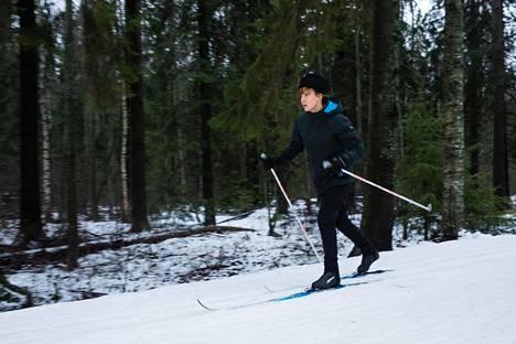 Näyttelijä Sanna-June Hyde on hiihtänyt paljon, jotta pääsisi paremmin sisään roolihahmonsa Aino-Kaisa Saarisen maailmaan.