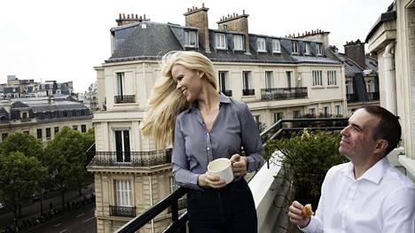 Kaupallista alaa opiskellut Kati Kukkasniemi muutti Ranskaan ensimmäistä kertaa töihin jo vuonna 1997. Nykyään hänellä on miehensä Paul Buiguesin kanssa yritys, joka kehittelee itseoppivaa ja sijoituspäätöksiä tekevää keino älyä finanssialalle. Macronia he äänestävät etenkin tämän EU-myönteisyyden ja tuoreuden vuoksi. Yrittäjien toimintamahdollisuuksiin he ovat jo nyt tyytyväisiä.