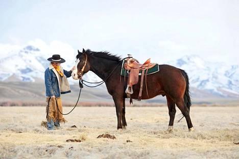 """Chad ja Bigboy. """"Olin mukana, kun Chad oli laitumella yövahtina. Kuvasin hänet ennen iltavuoron alkamista. Ihmisen ja eläimen vuorovaikutus on kiinnostavaa. Karjapaimenen lähin työtoveri on hevonen."""""""
