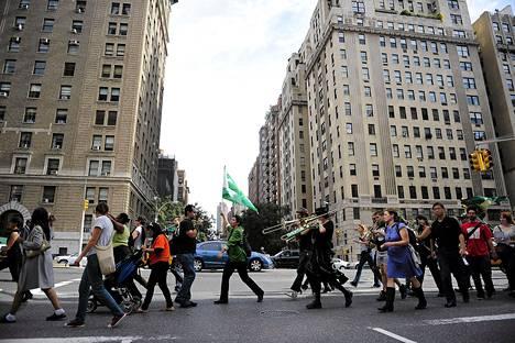 Wall Street -mielenosoittajat marssivat New Yorkin kalliilla Upper East Siden asuinalueella Manhattanilla tiistaina.