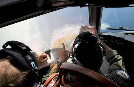 Lentokapteeni Jayson Nichols tutki karttaa etsintälennolla torstaina.