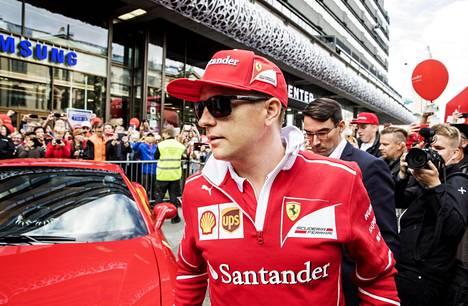 Kimi Räikkönen sai vipinää Helsingin keskustaan saapuessaan paikalle.