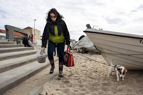 Kahvilan pitäjä Daniela Barros käynnisti viikoittaiset merimuovin siivoustalkoot Agudassa Atlantin rannalla. Vapaaehtoisesta roskankeruusta on tullut suosittu ilmiö.
