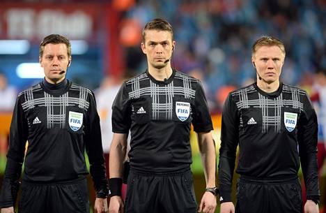Mattias Gestraniuksen (kesk.) kanssa Manchesterin ottelussa toimivat avustavat erotuomarit Mikko Alakare (vas.) ja Jan-Peter Aravirta. Kuva vuodelta 2014.