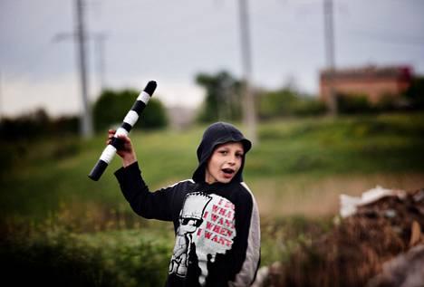 Yhdeksänvuotias Ilja ohjasi torstaina liikennettä Venäjän-mielisten tiesululla Donetskista Slovjanskiin johtavalla kiertotiellä.
