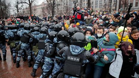 Mellakkavarusteisiin pukeutuneet poliisit yrittivät hajoittaa mielenosoitusta Moskovassa.