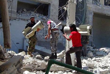 Vapaan Syyrian armeijaan kuuluvat kapinalliset keräsivät hylsyjä Douritin kylässä Latakiassa elokuun puolivälissä.