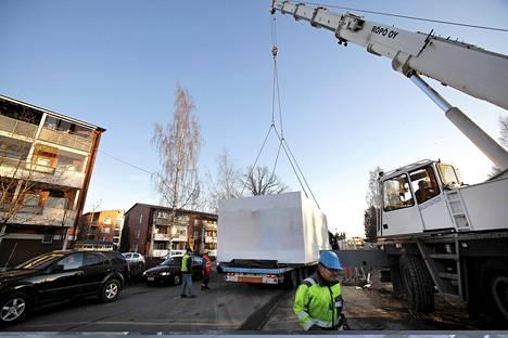 Ensimmäiset asennettavat asuntomoduulit tulivat autokyydillä Vantaan Viertolaan keskiviikkona.