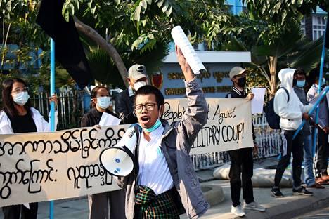 Sotilashallintoa vastustavia mielenosoittajia kokoontui torstaina kadulle Mandalayssa Myanmarissa.