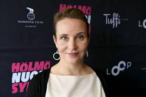 Kirsikka Saari on käsikirjoittanut muun muassa Pitääkö mun kaikki hoitaa -lyhytelokuvan, joka oli Oscar-ehdokkaana vuonna 2014.